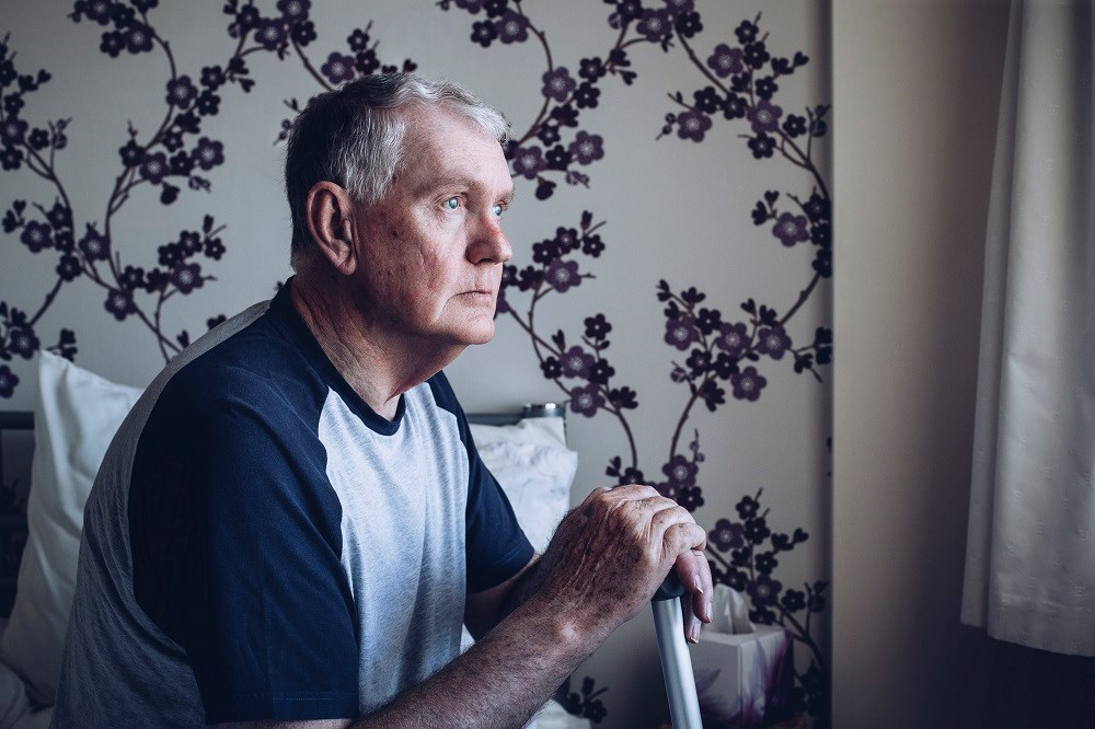 Older men with an increased severity of axial features are at greater risk for death.