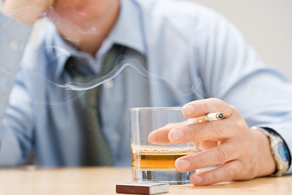 Tobacco use and alcohol consumption are predictors of cluster headache severity.