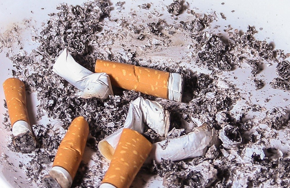 There is a strong dose-response relationship between the number of cigarettes smoked daily and ischemic stroke risk.