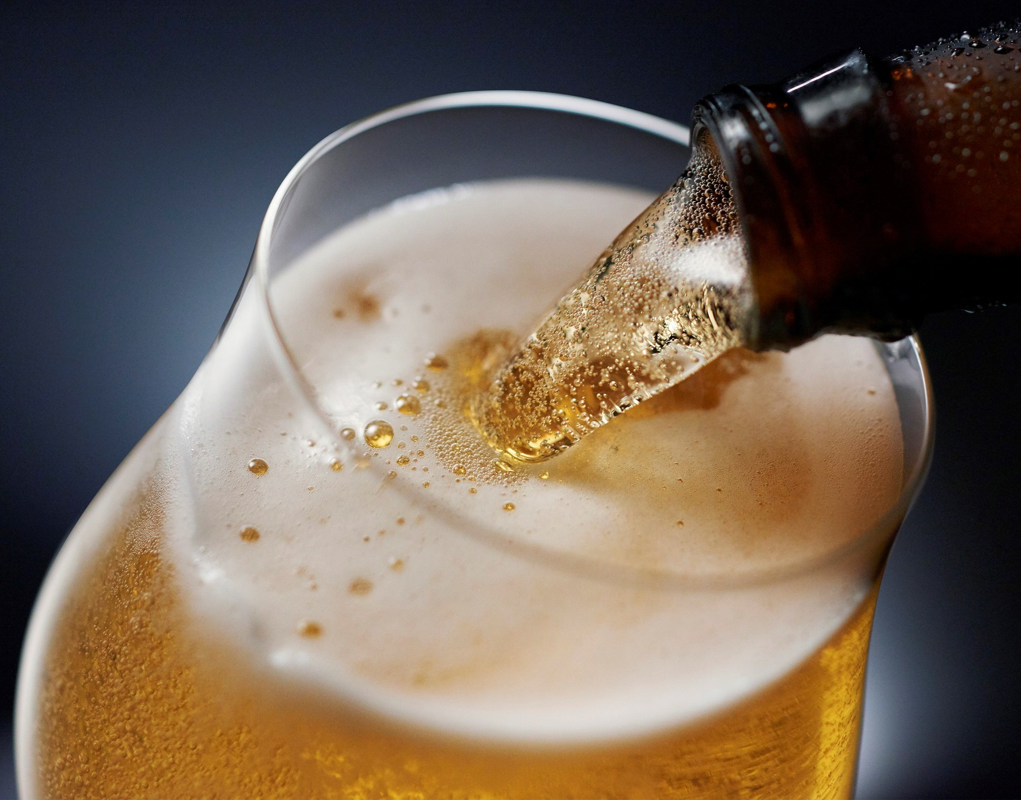 Abstinence in midlife and consumption of more than 14 units of alcohol per week are associated with increased risk of dementia.